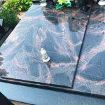 Granito plokstes Aurora Švediškas granitas 150x150 - Plokštėmis dengti kapai