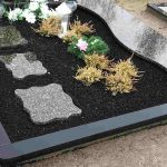 Kapu tvarkymas dalinai granito plkste dengtas kapas 150x150 - Plokštėmis dengti kapai